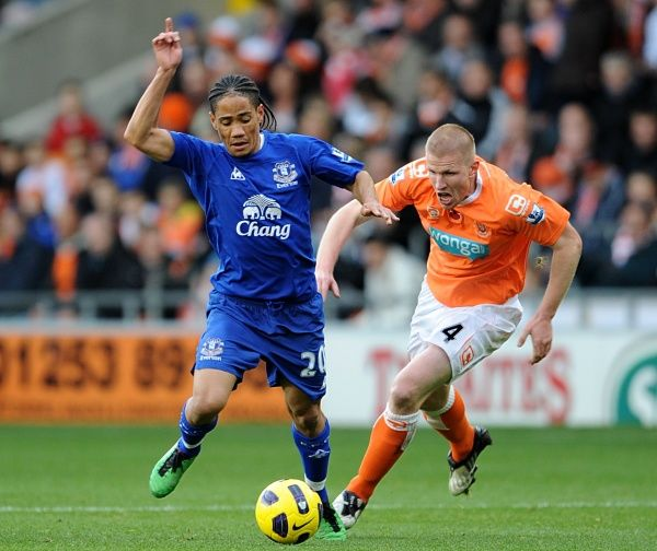 Blackpool's Keith Southern (right) and Everton's Steven Pienaar (left) battle for the ball