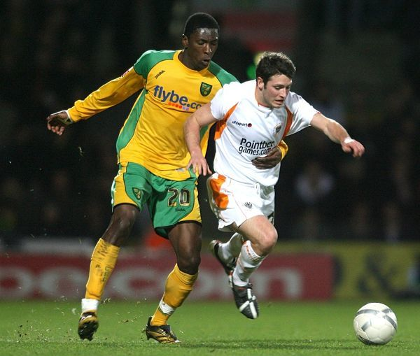 Norwich City's Dickson Etuhu (l) and Blackpool's Wesley Hoolahan (r) battle for the ball