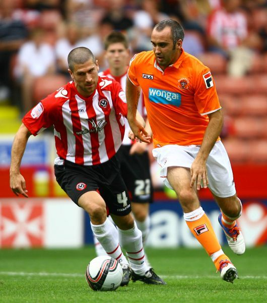 Sheffield United's Nick Montgomery (left) and Blackpool's Gary Taylor-Fletcher battle for the ball